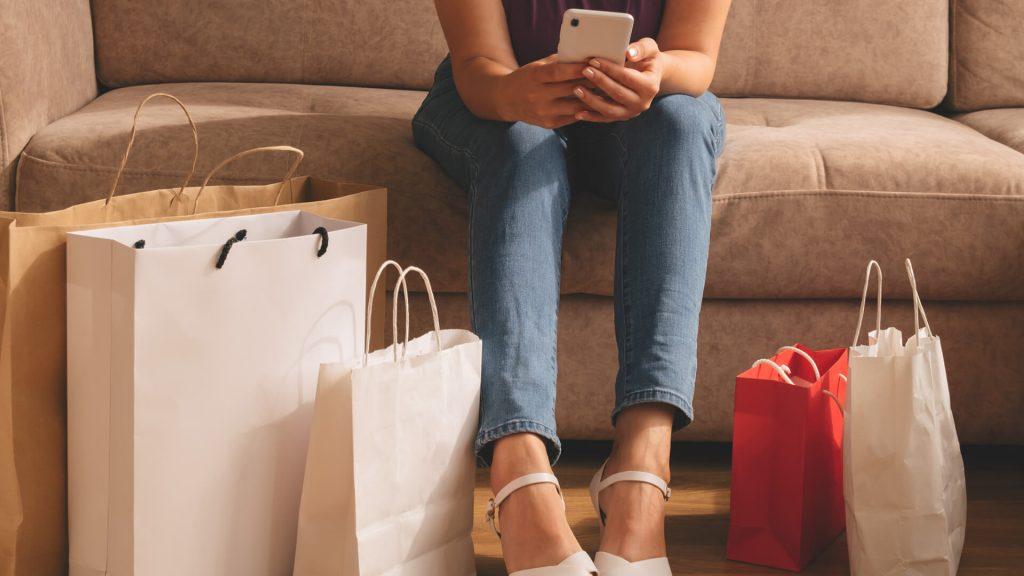 mujer comprando desde teléfono móvil